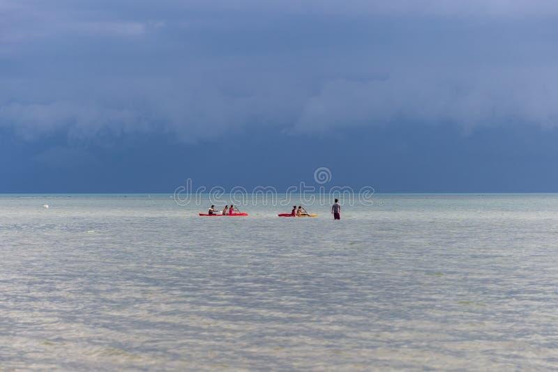 Каякинг в лазурном море на бурной предпосылке голубого неба в острове Samui Koh, Таиланде стоковые фото