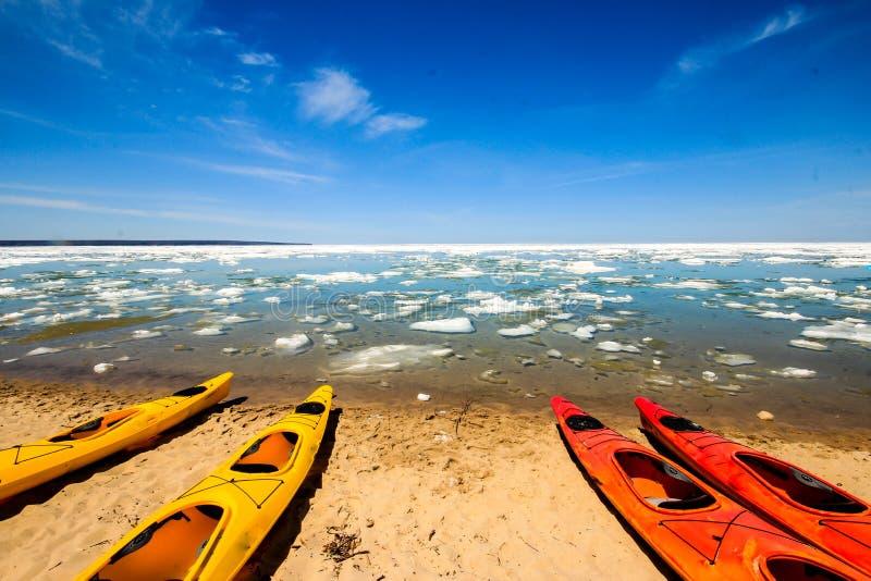Каяки в изображенном соотечественнике утесов Lakeshore стоковое изображение rf
