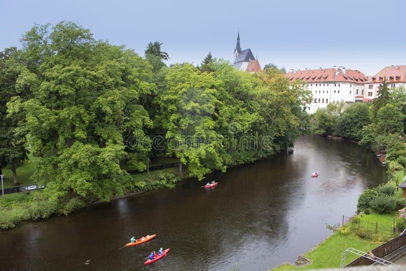 Каяки и шлюпки плавают на реку стоковое фото rf