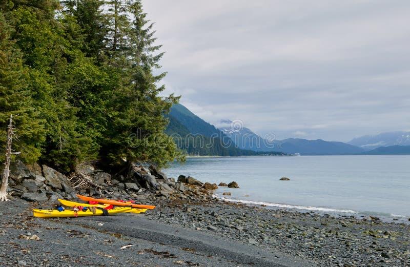 Каяки на береге Prince William Sound, США стоковые изображения rf