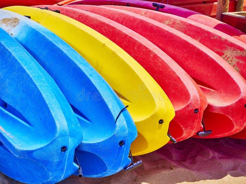 Каяки штабелированные на песчаном пляже стоковые изображения