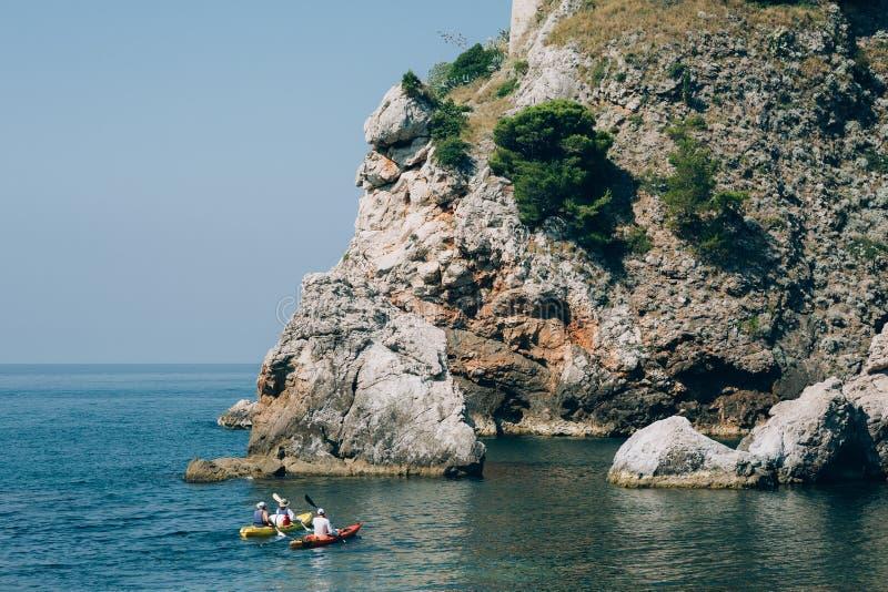 Каякы на море Турист сплавляться в море около Дубровника, хорвата стоковая фотография rf