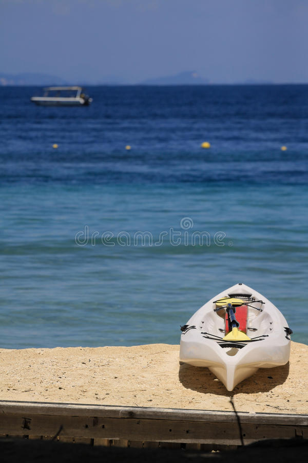 Каяк на белом пляже стоковое изображение