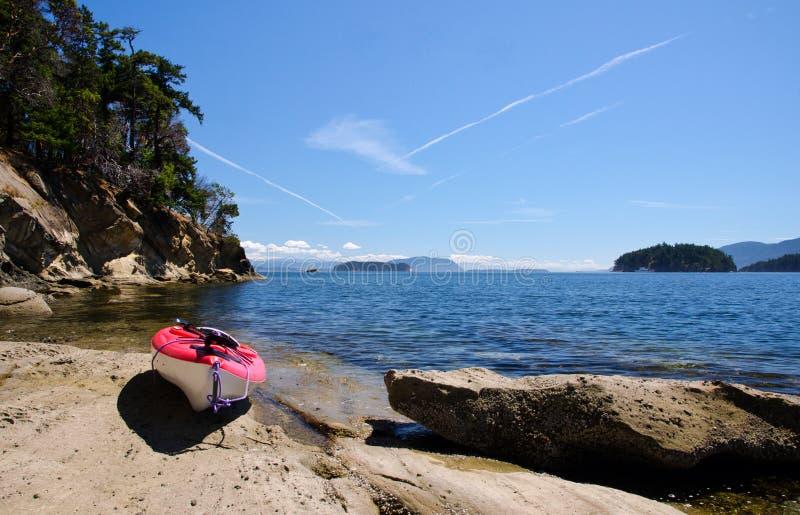 Каяк на пляже стоковые изображения rf