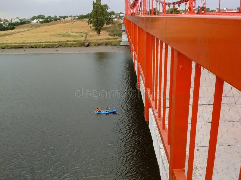 Каяк под мостом стоковое изображение rf
