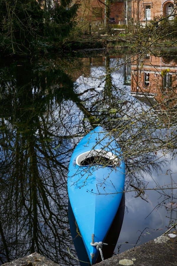 Каяк шлюпки с отражением на воде Merchtem, Бельгия стоковое изображение rf