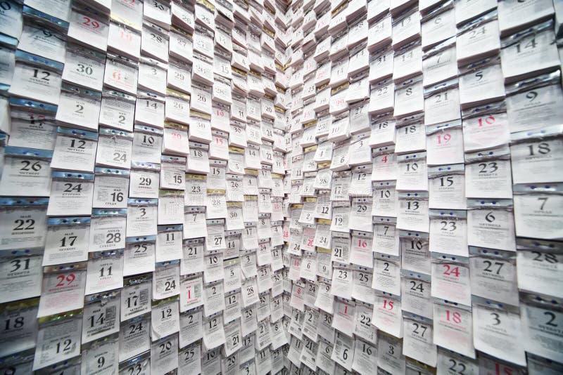 Календари разрыва- на стене в ультрамодном интерьере стоковая фотография rf