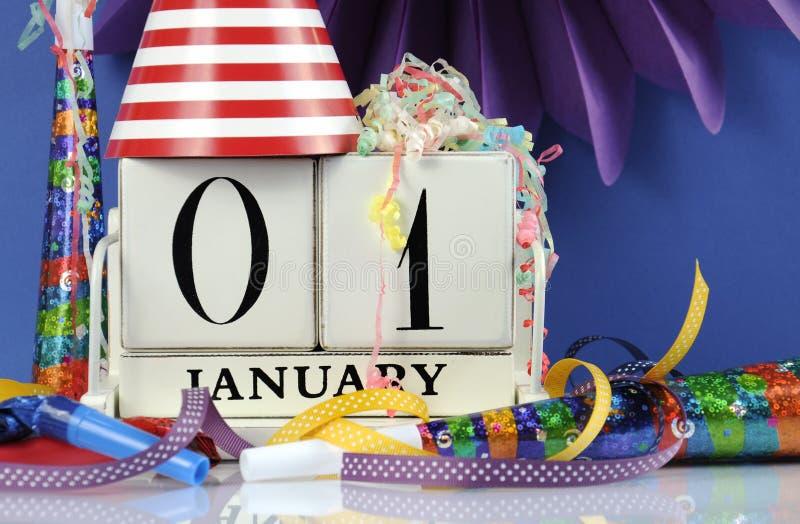 Календарь счастливого Нового Года белый деревянный винтажный на январь сперва стоковое фото rf