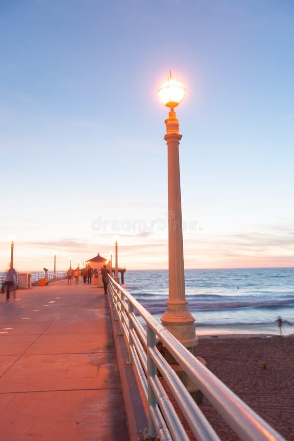 Калифорнийские ночи, на пристани на заходе солнца стоковые изображения