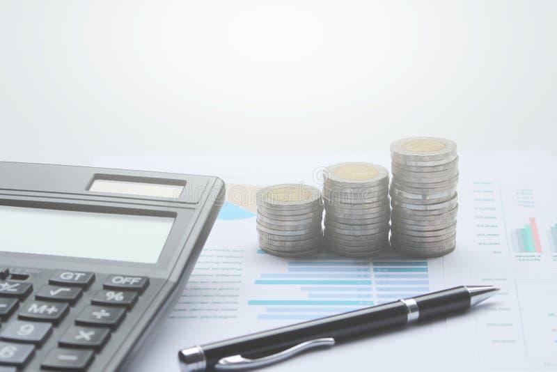 Калькулятор и монетки Таиланда на вкладе a стола офиса стоковые фото
