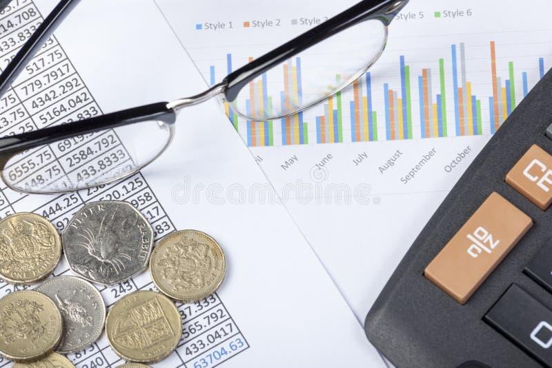 Калькулятор и некоторые наличные деньги lating на столе бухгалтера стоковое изображение rf