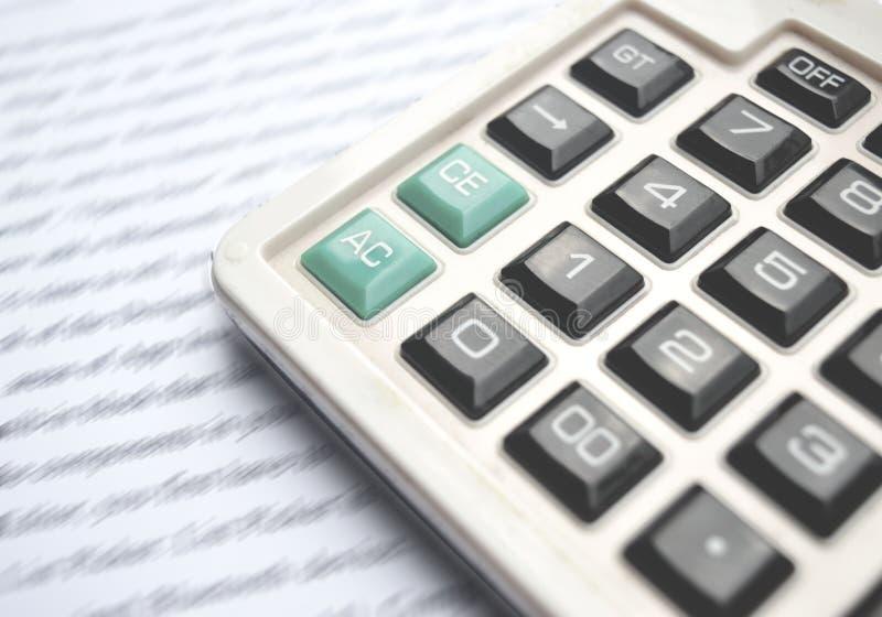 Калькулятор на тетради с ручкой стоковые фото