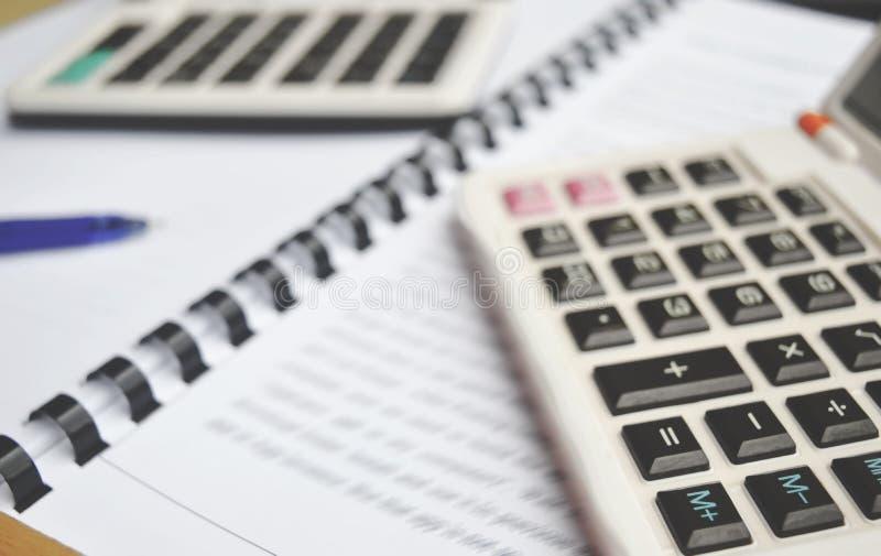 Калькулятор на тетради с ручкой стоковая фотография