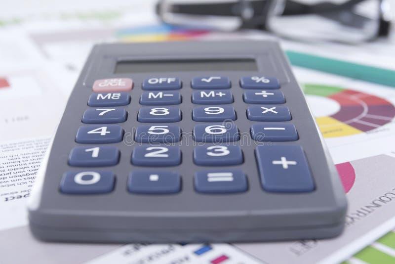Download Калькулятор на Worktable стоковое фото. изображение насчитывающей различно - 33728906