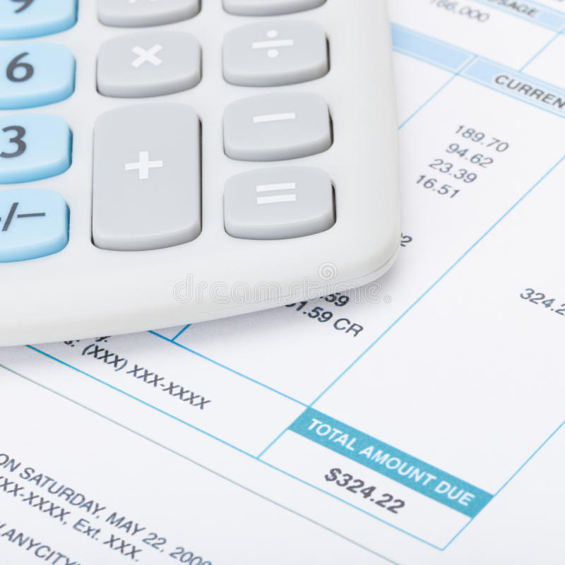 Калькулятор с счетами за коммунальные услуги под им - близкая поднимающая вверх съемка стоковые фотографии rf