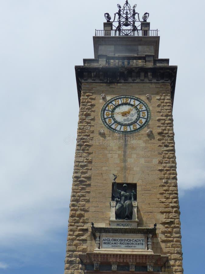 Квадратная башня упаденное войны с часами к Бергаму в Италии стоковое изображение rf