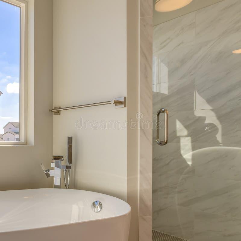 Квадратная ванна рамки и отдельный ливень внутри bathroom нового дома стоковые изображения rf