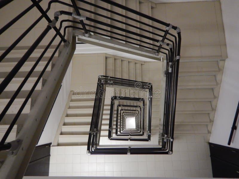 Квадратная лестница в очень высоком здании стоковые фотографии rf