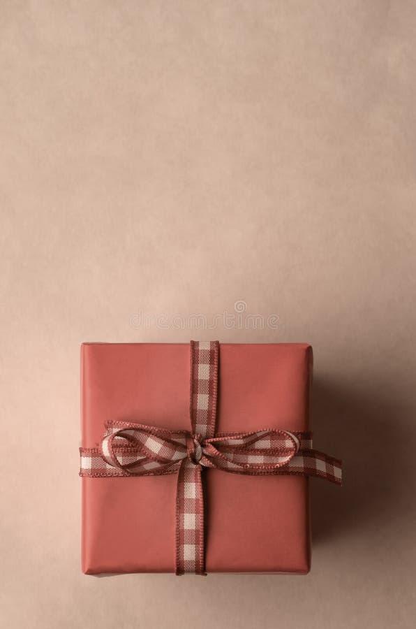 Квадратная подарочная коробка с лентой проверки холстинки сверху стоковые изображения rf