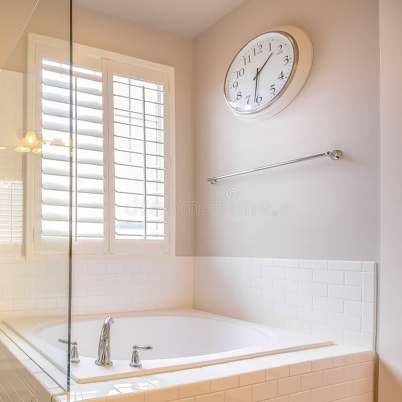 Квадратная рамка построенная в ванне и душевой кабине со стеклянной дверью внутри bathroom стоковое фото