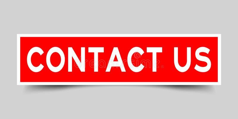 Квадратно-красная наклейка со словом контактировать с нами на сером фо бесплатная иллюстрация