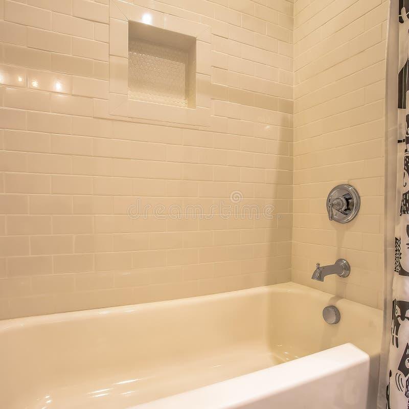 Квадратные ванна и ливень рамки внутри bathroom с лоснистой белой стеной стоковые изображения rf