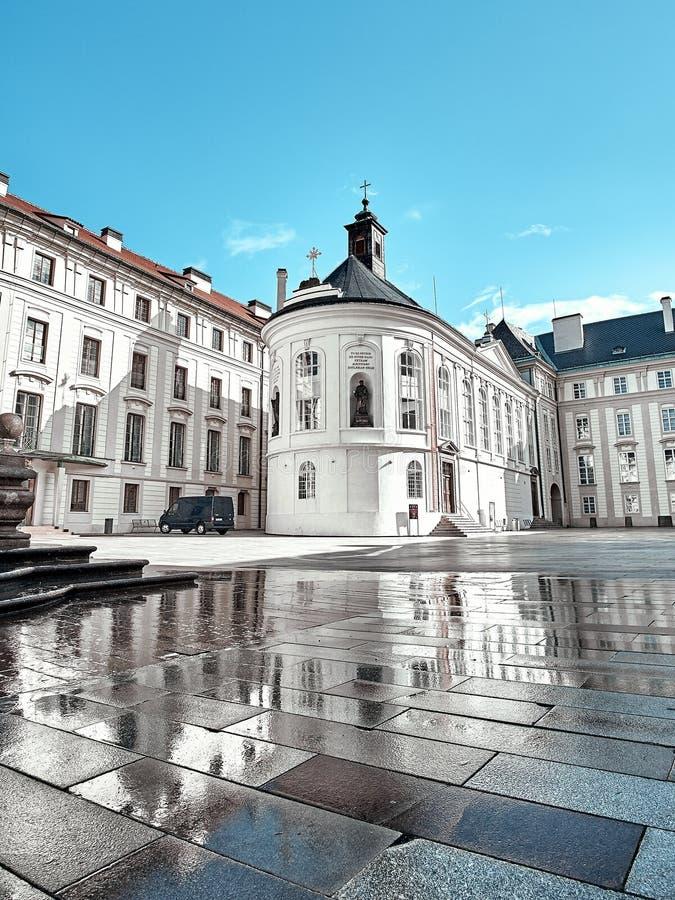 Квадратный близко собор St Vitus в замке Праги, Праге, чехии стоковое фото rf