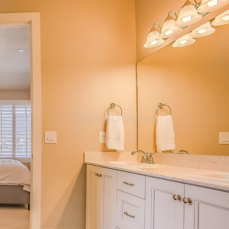 Квадратный интерьер Bathroom рамки с построенный в душевой кабине ванны и зоне тщеты стоковые фотографии rf