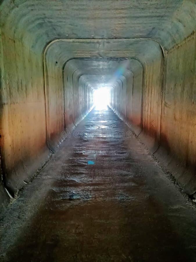 Квадратный тоннель который идет под шоссе стоковое изображение rf