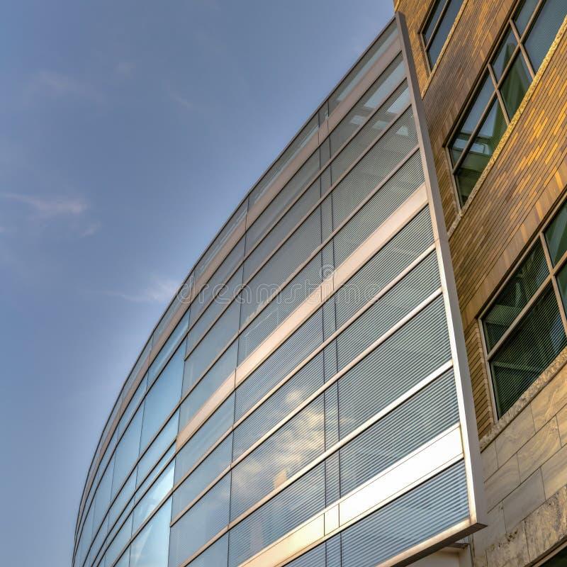 Квадратный экстерьер рамки современного здания увиденного снизу с предпосылкой голубого неба стоковое фото