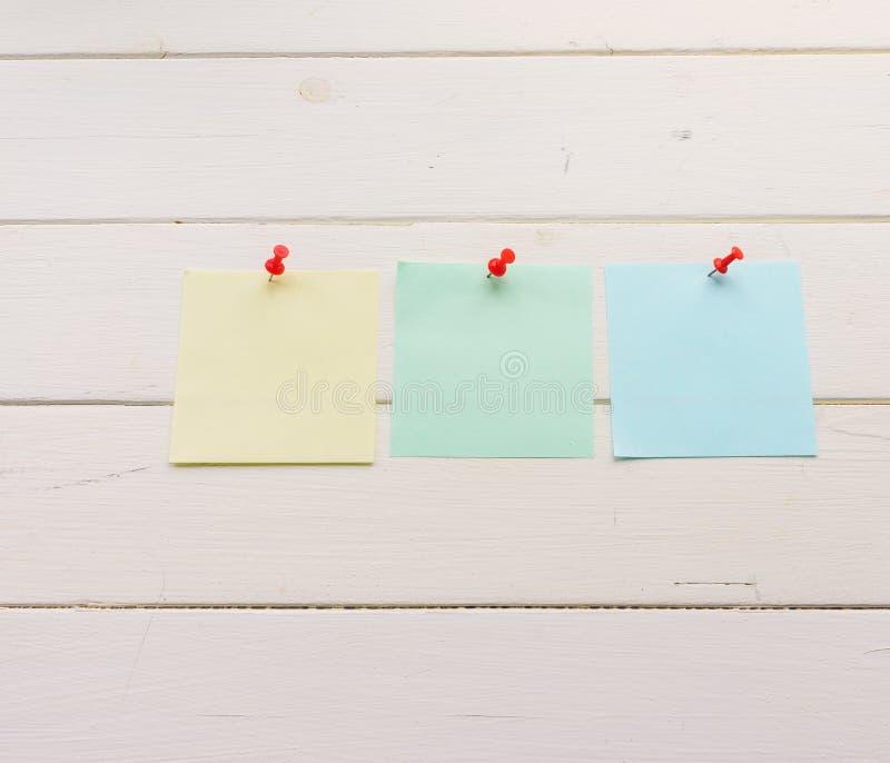 3 квадратных листа бумаги прикололи к деревянным доскам Бело-покрашенная поверхность в деревенском стиле Предпосылка с космосом э иллюстрация штока