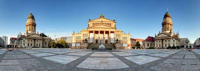 Квадрат Берлина - Gendarmenmarkt, панорамный взгляд стоковые изображения