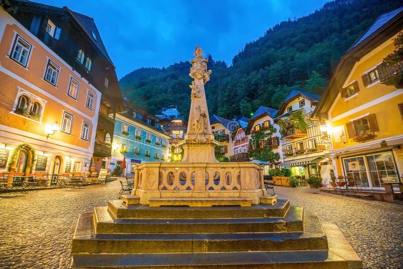 Квадрат исторического города Hallstatt вечером в австрийце Альп стоковые изображения