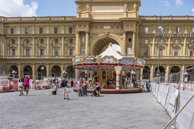 Квадрат республики при классический carousel постоянно установленный в свой центр при окруженные дети установленные на ем и стоковые изображения