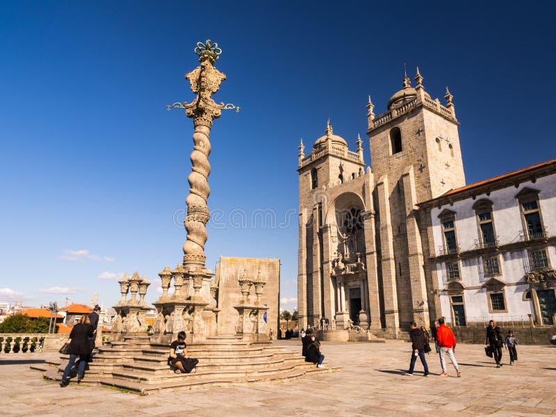 Квадрат собора Порту с столбцом позорного столба в историческом центре стоковое изображение rf