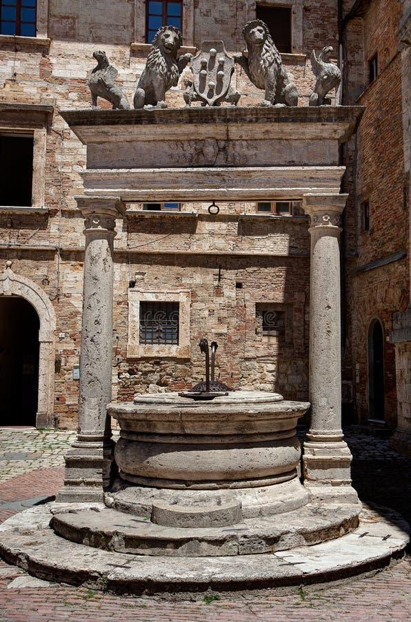 Квадрат старой хорошей аркады большой, Montepulciano, Тоскана, Италия стоковые фотографии rf