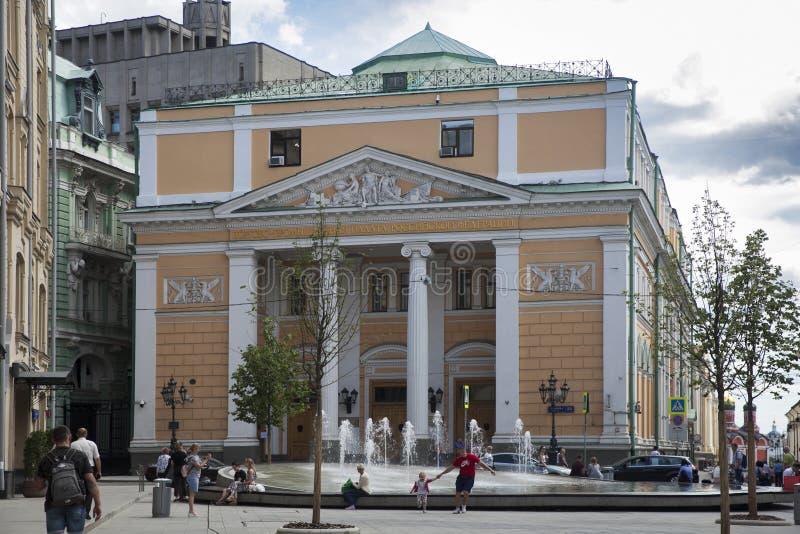 Квадрат Birzhevaya летом, Торгово-промышленной Палатой Российской Федерации, Gostiny Dvor стоковое фото