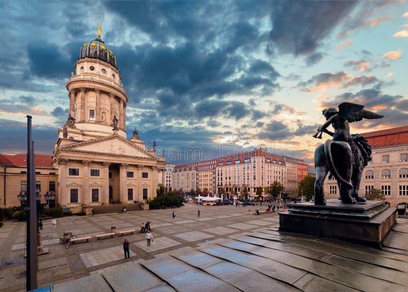 Квадрат Gendarmenmarkt и немецкий собор стоковые фото