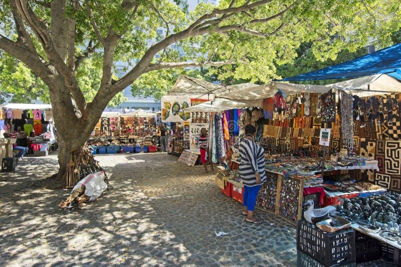 Квадрат Greenmarket с красочными африканскими стойлами curios стоковое фото