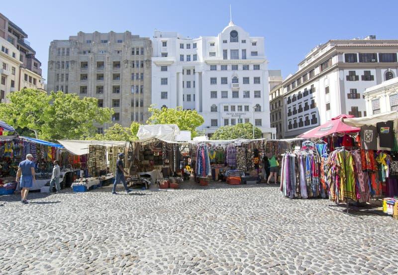 Квадрат Greenmarket с яркими африканскими стойлами curios стоковое фото