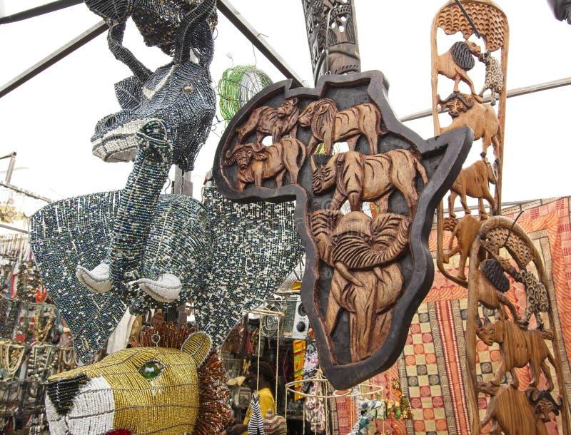 Квадрат Greenmarket с handmade африканскими curios стоковые фотографии rf