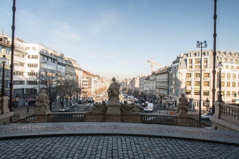 Квадрат namesti Vaclavske от входа muzeum Narodni в город Praha в чехии стоковое изображение