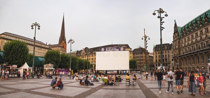 Квадрат Rathausmarkt в Гамбурге, Германии стоковые изображения