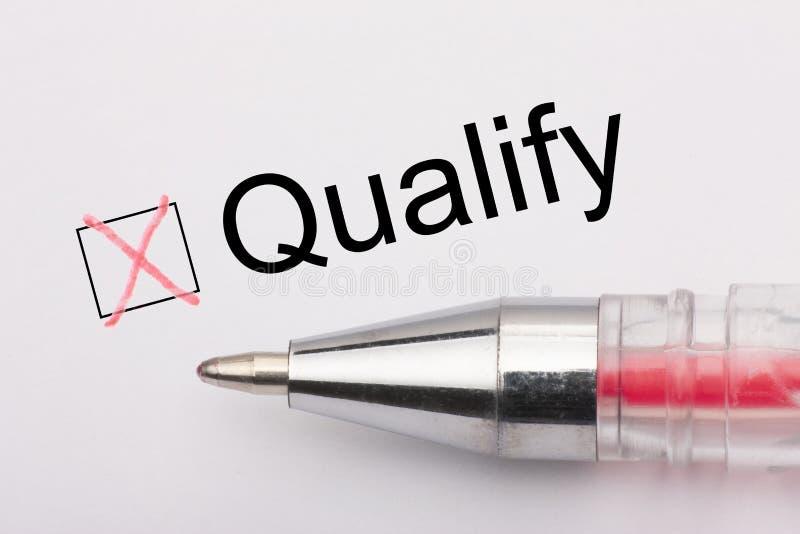 Квалифицируйте - флажок с крестом на белой бумаге с ручкой Концепция контрольного списока стоковые изображения