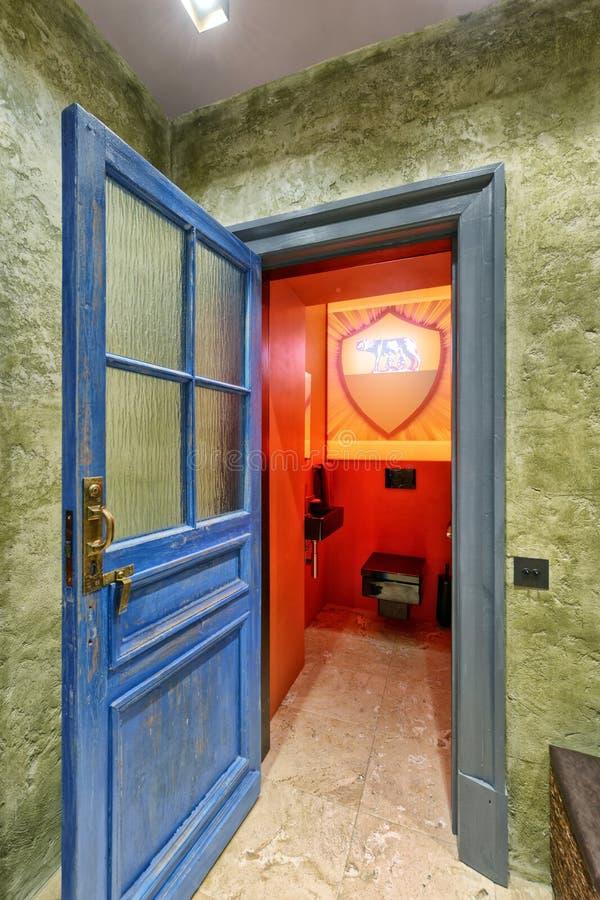 Квартира античной двери внутренняя с дизайнерской реновацией в стиле просторной квартиры стоковое фото