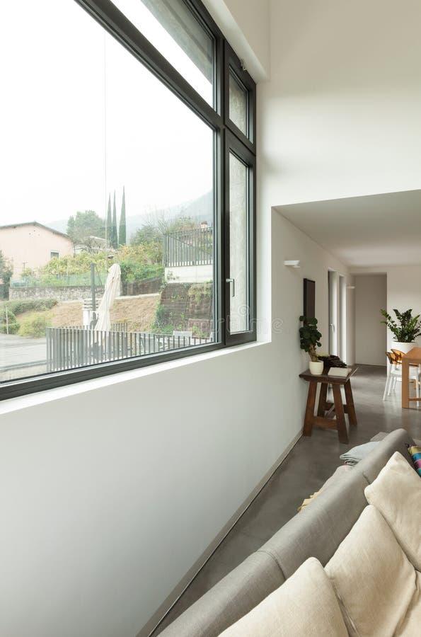 Квартира, деталь живущей комнаты с окном стоковая фотография rf
