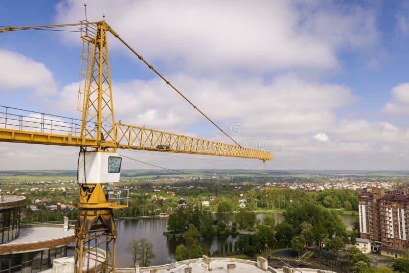Квартира или высотное здание офиса под конструкцией Кирпичные стены, окна стекла, леса и конкретные штендеры поддержки Башня стоковое изображение