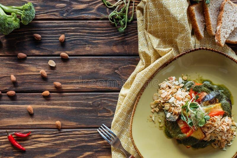 квартира кладет с вегетарианским салатом с заскрежетанными миндалинами, кусками хлеба, перцами chili и бельем стоковые фото