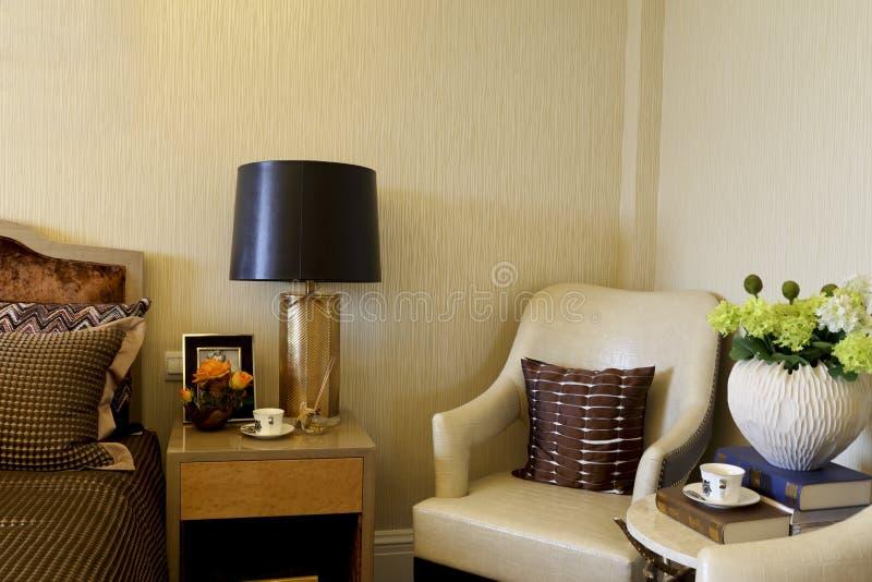 Квартира комнаты примера в спальне хозяев украшает стоковое фото