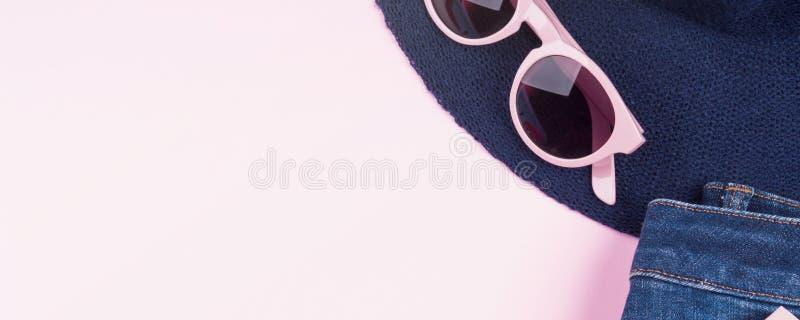 Квартира моды пинка кладет с одеждами девушки стоковое фото rf